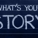 "Una lavagna con scritto a gessetto "" What's your story"""